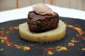 Fondant de filet de veau, crème de foie gras et son écrasé de pommes de terre aux truffes
